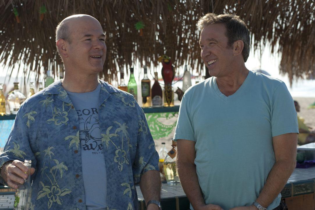 Machen gemeinsam in Mexiko Urlaub, aber nur einer von ihnen kehrt nach Hause zurück: Lipschutz (Larry Miller, l.) und Henry (Tim Allen, r.) ... - Bildquelle: Koch Media GmbH, Six Wives, LLC.