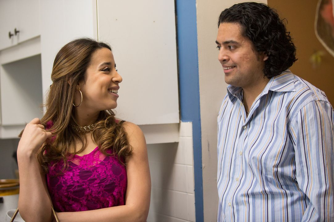 Dolores (l.) flirtet mit dem verheirateten Automechaniker Carlo Hernandez (r.), der kurze Zeit später ermordet wird. Was sind ihre Absichten? - Bildquelle: Darren Goldstein Cineflix 2014