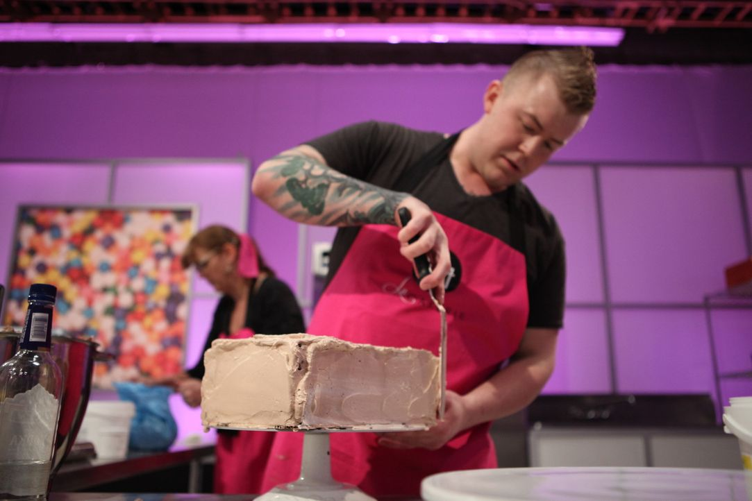 "Jason Hisley weiß, wie wichtig Perfektion beim Backen ist und arbeitet daher bedacht an seiner ""Willy Wonka""-Torte ... - Bildquelle: 2016,Television Food Network, G.P. All Rights Reserved"