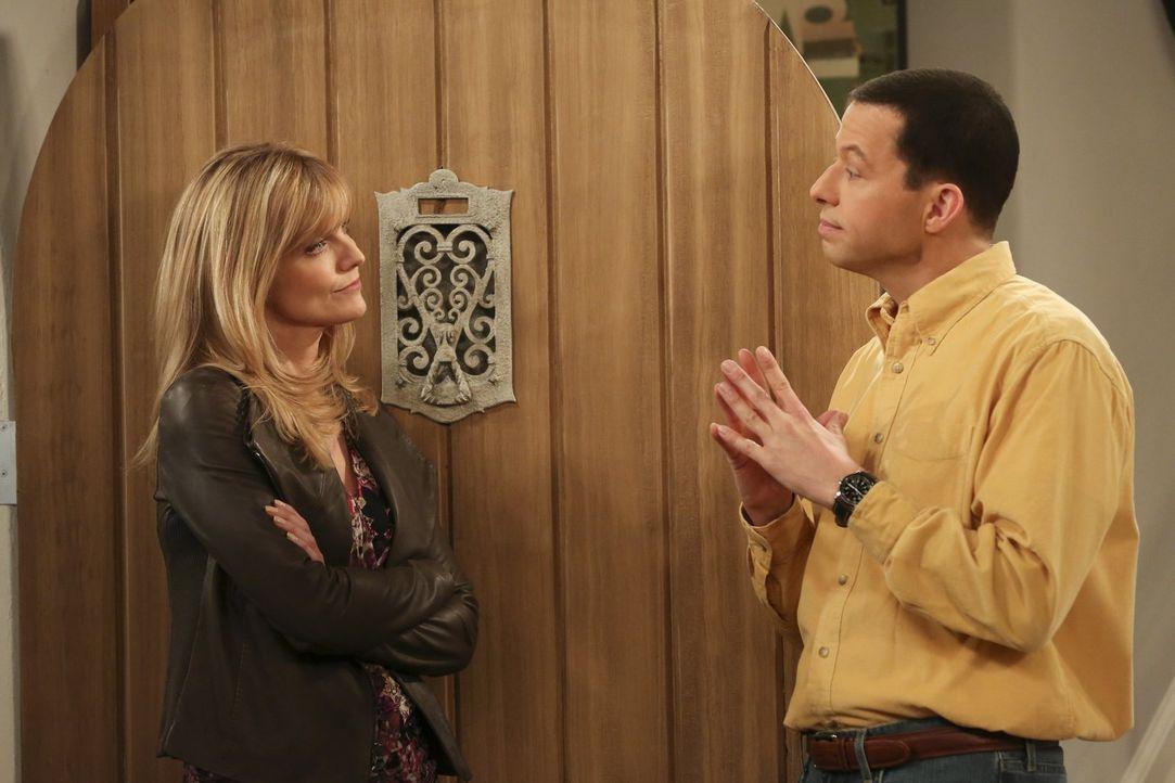 Eine Begegnung mit Lyndsey (Courtney Thorne-Smith, l.) stellt sich als unangenehmer heraus, als Alan (Jon Cryer, r.) angenommen hat ... - Bildquelle: Warner Brothers Entertainment Inc.