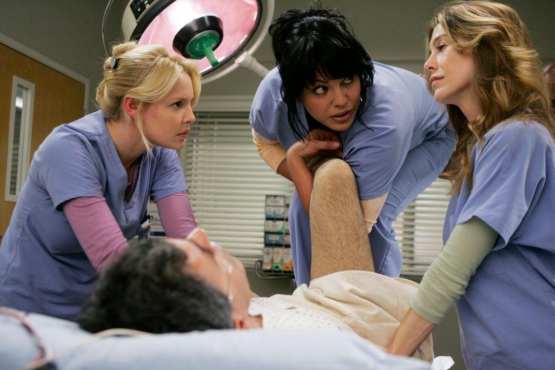 Meredith (Ellen Pompeo, r.) hat einen Entschluss gefasst und Izzie (Katherine Heigl, l.) und Callie (Sara Ramirez, M.) hören gespannt zu ... - Bildquelle: Touchstone Television