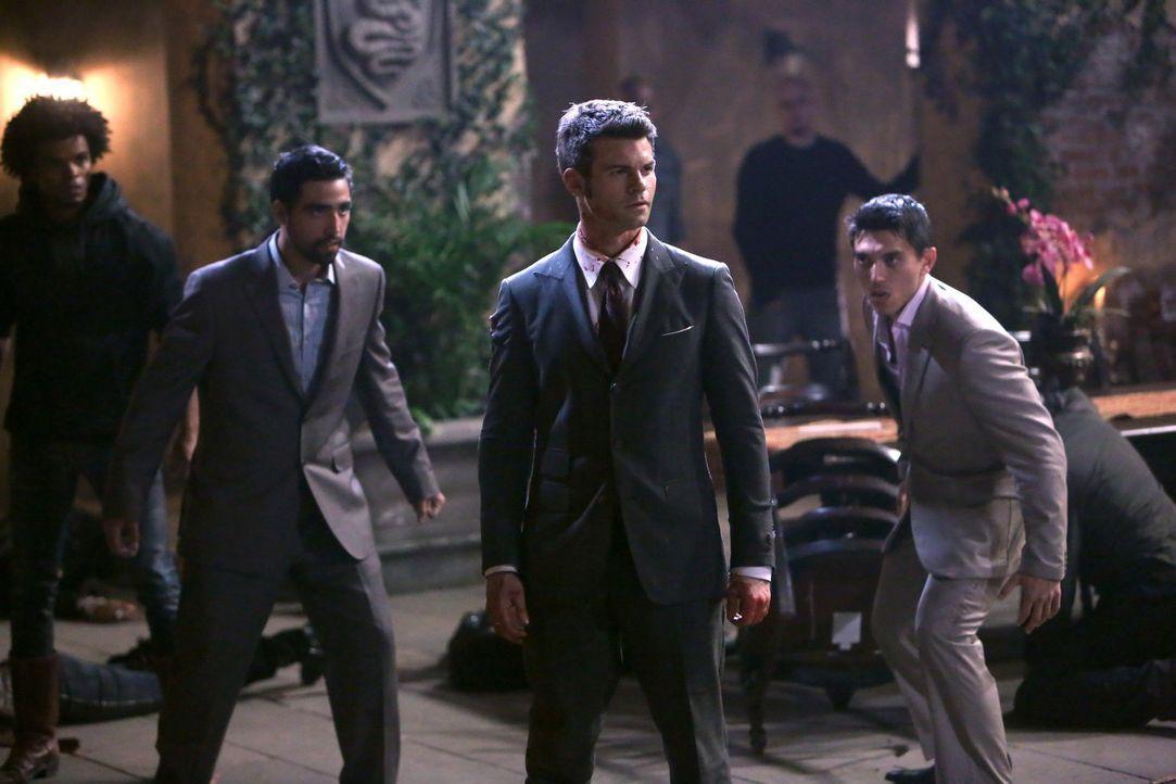Ist es bereits zu spät für Elijah (Daniel Gillies, M.), als er erkennt, was Francesca und ihre Brüder  (Peter Jang, r., Juan-Pablo Veza, l.) wirklic... - Bildquelle: Warner Bros. Television