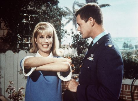 Bezaubernde Jeannie - Jeannie (Barbara Eden, l.) will Tony (Larry Hagman, r.)...