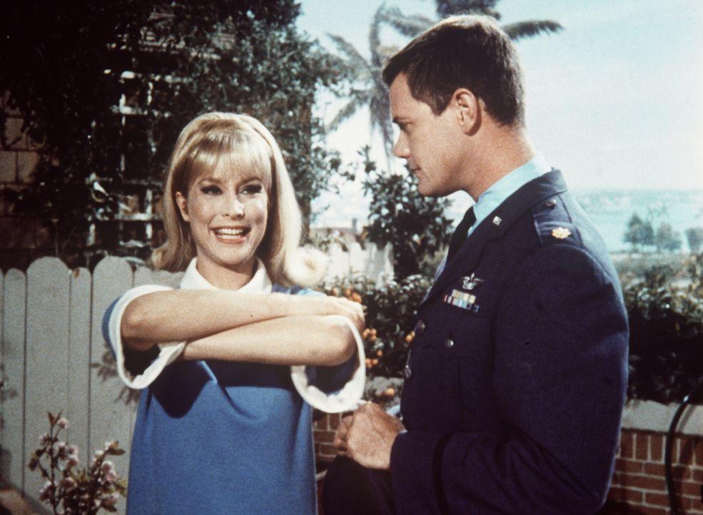 Jeannie (Barbara Eden, l.) will Tony (Larry Hagman, r.) helfen, einen Sehtest zu bestehen, doch sie übertreibt und Tony hat den Röntgenblick. - Bildquelle: Columbia Pictures