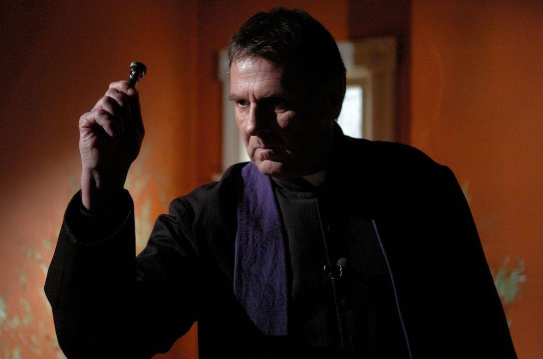Als Kerzen und Weihwasser nicht mehr helfen, greift Pfarrer Moore (Tom Wilkinson) zum ultimativen Heilmittel: eine Teufelsaustreibung ... - Bildquelle: Sony Pictures Television International. All Rights Reserved.