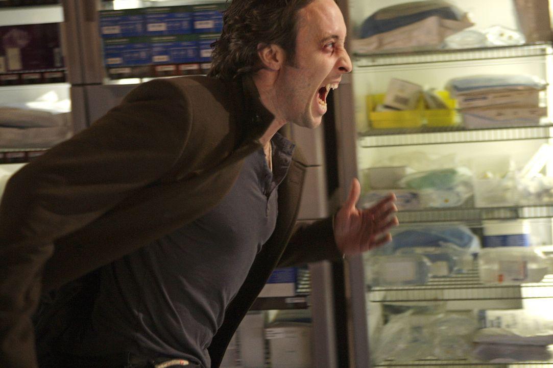 Das Leben seiner Ex-Frau steht auf dem Spiel: Mit aller Kraft versucht Mick (Alex O'Loughlin), einen bösartigen Vampir zu stoppen ... - Bildquelle: Warner Brothers