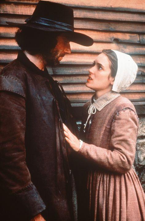 Abigail (Winona Ryder, r.) fleht John Proctor (Daniel Day-Lewis, l.) an, nicht zu seiner Frau zurückzukehren ... - Bildquelle: 20th Century Fox Film Corporation