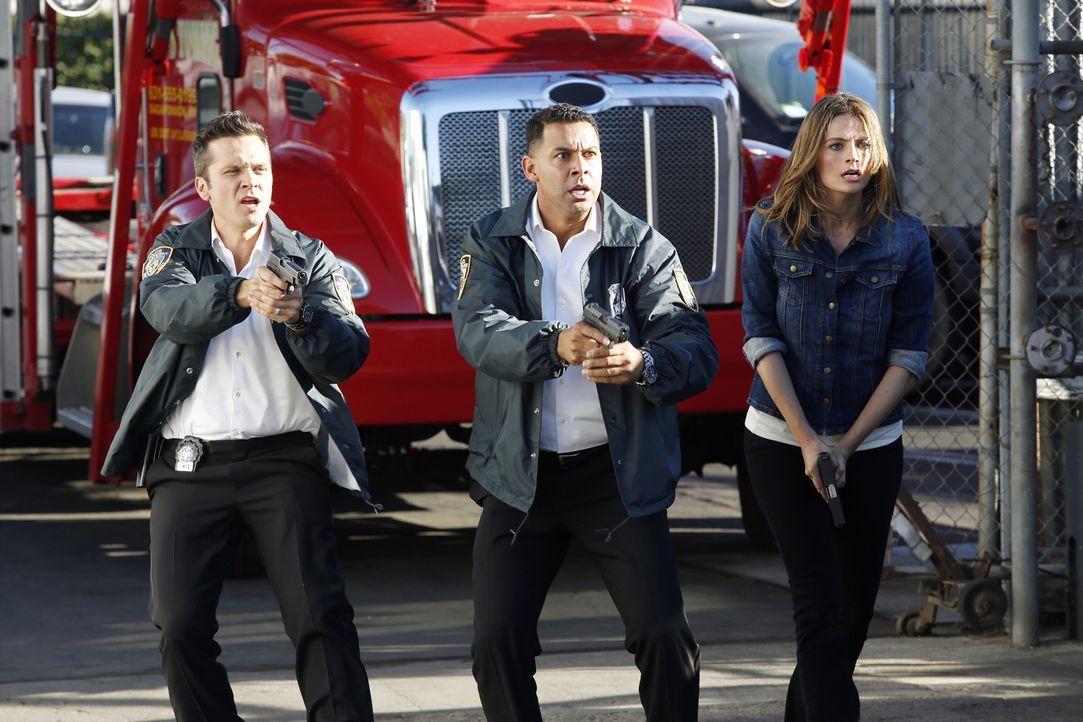 Ryan (Seamus Dever, l.), Esposito (Jon Huertas, M.) und Kate Beckett (Stana Katic, r.) wollen den Mann dingfest machen, der das Auto, in dem der ver... - Bildquelle: Kelsey McNeal ABC Studios
