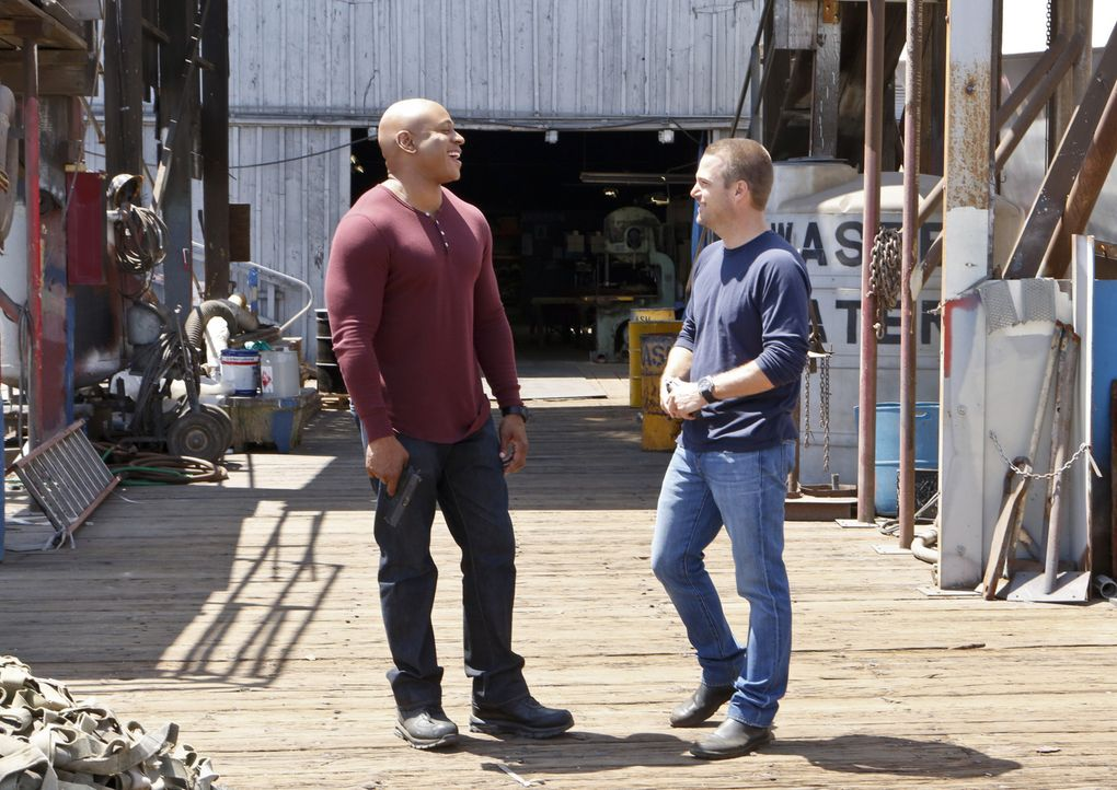 Müssen ein entführtes U-Boot finden, mit dem das Kartell Kokain von Kolumbien in die Staaten schmuggeln will: Sam (LL Cool J, l.) und Callen (Chris... - Bildquelle: CBS Studios Inc. All Rights Reserved.