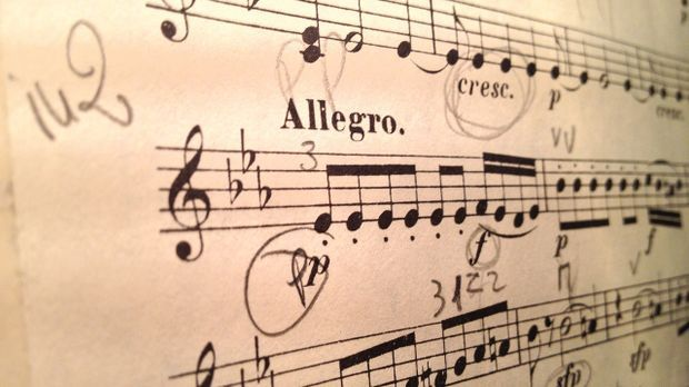 Im zarten Alter von vier Jahren erlernt Mozart das Klavierspielen. Mit fünf s...