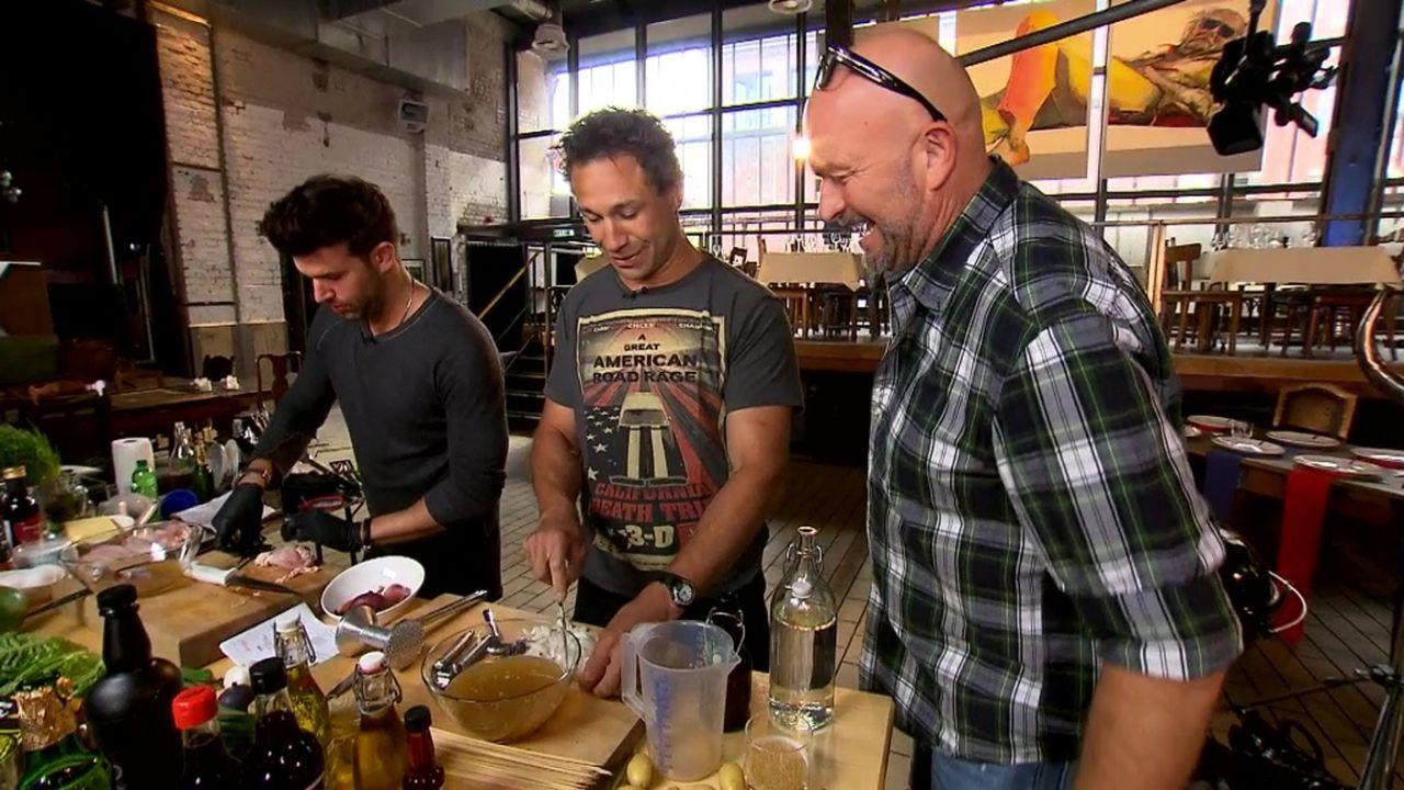 """Duell am Grill: """"Evil"""" Jared Hasselhoff (M.) und Jay Khan (l.) fordern Profikoch Stefan Wiertz (r.) heraus ... - Bildquelle: ProSieben MAXX"""
