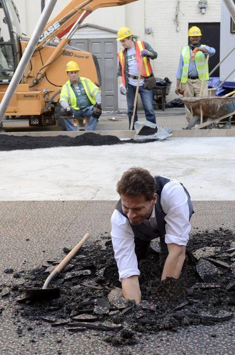 Henry (Ioan Gruffudd) findet etwas unter der frischen Asphaltdecke ... - Bildquelle: Warner Brothers