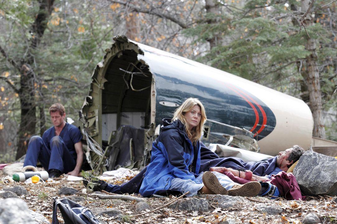 Während Mark (Eric Dane, l.), Meredith (Ellen Pompeo, M.) und Derek (Patrick Dempsey, r.) nach ihrem Flugzeugabsturz um ihr Leben kämpfen, ahnt im... - Bildquelle: Touchstone Television