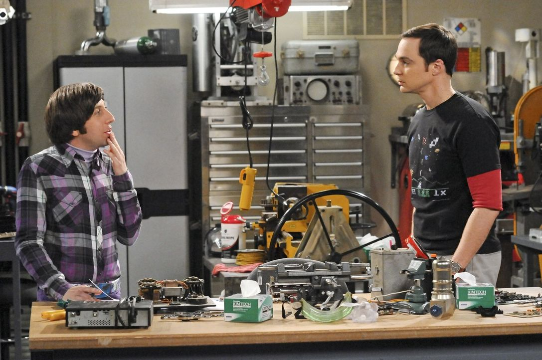 Als Howard (Simon Helberg, l.) mit Stephen Hawking zusammenarbeiten darf, tut Sheldon (Jim Parsons, r.) alles dafür, seinen Helden zu treffen ... - Bildquelle: Warner Bros. Television
