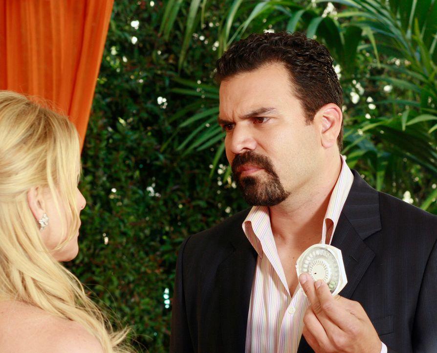 Carlos (Ricardo Antonio Chavira, r.) hat entdeckt, dass Edie (Nicolette Sheridan, l.) weiterhin die Pille nimmt und ihn somit die ganze Zeit angelog... - Bildquelle: 2005 Touchstone Television  All Rights Reserved