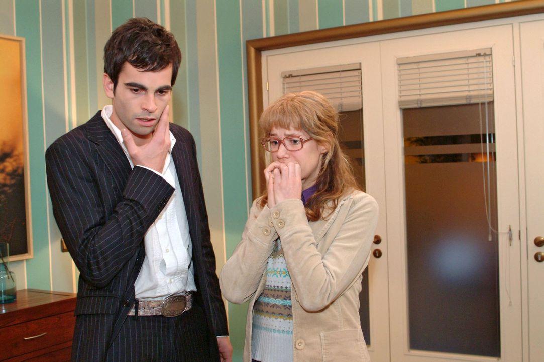 Lisa (Alexandra Neldel, r.) kann es selbst kaum fassen: Sie hat David (Mathis Künzler, l.) doch tatsächlich geohrfeigt! (Dieses Foto von Alexandra... - Bildquelle: Sat.1