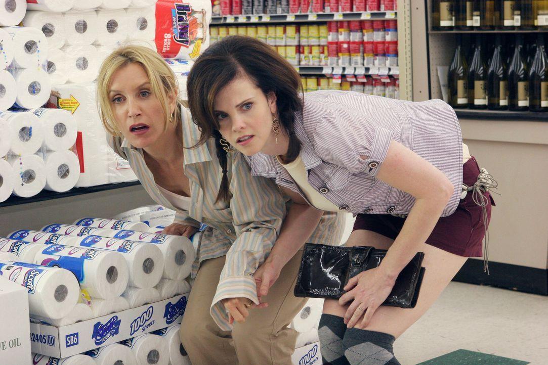 Während eines Streits im Supermarkt, werden Lynette (Felicity Huffman, l.) und Nora (Kiersten Warren, r.)  von Carolyn mit einem Revolver überrascht... - Bildquelle: 2005 Touchstone Television  All Rights Reserved