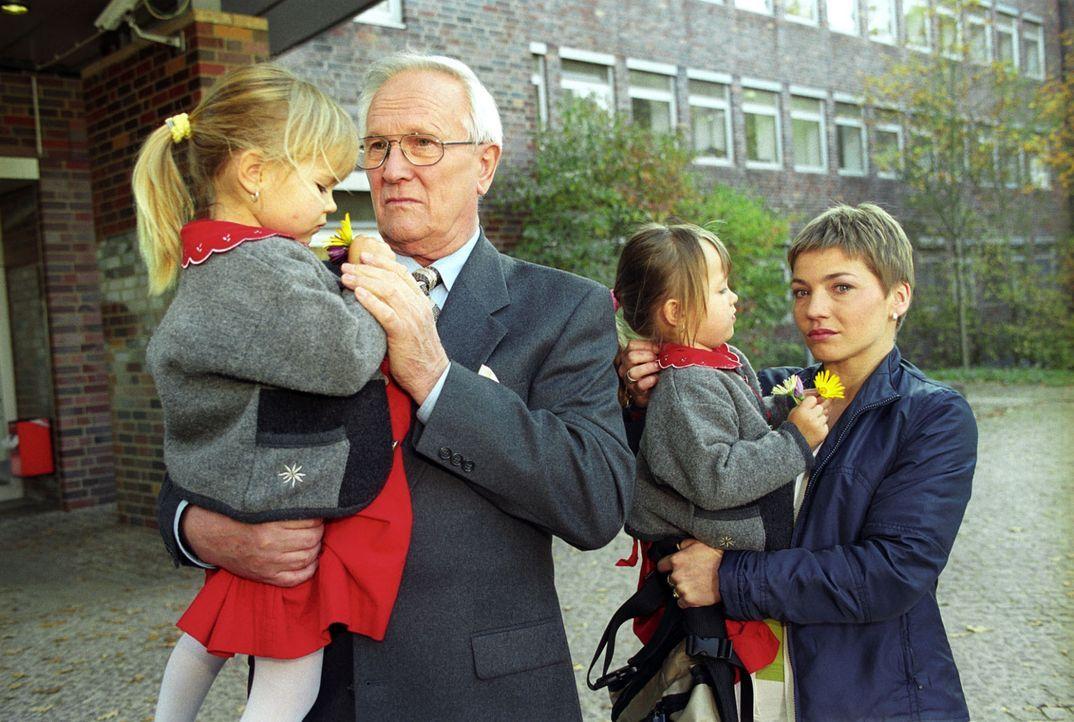 Stephanie (Claudia Schmutzler, r.) trauert mit Opa Reinhold (Alfred Müller, 2.v.l.) und den Zwillingen (Patricia und Vanessa Mühlstedt) um Oma Hulda... - Bildquelle: Noreen Flynn Sat.1