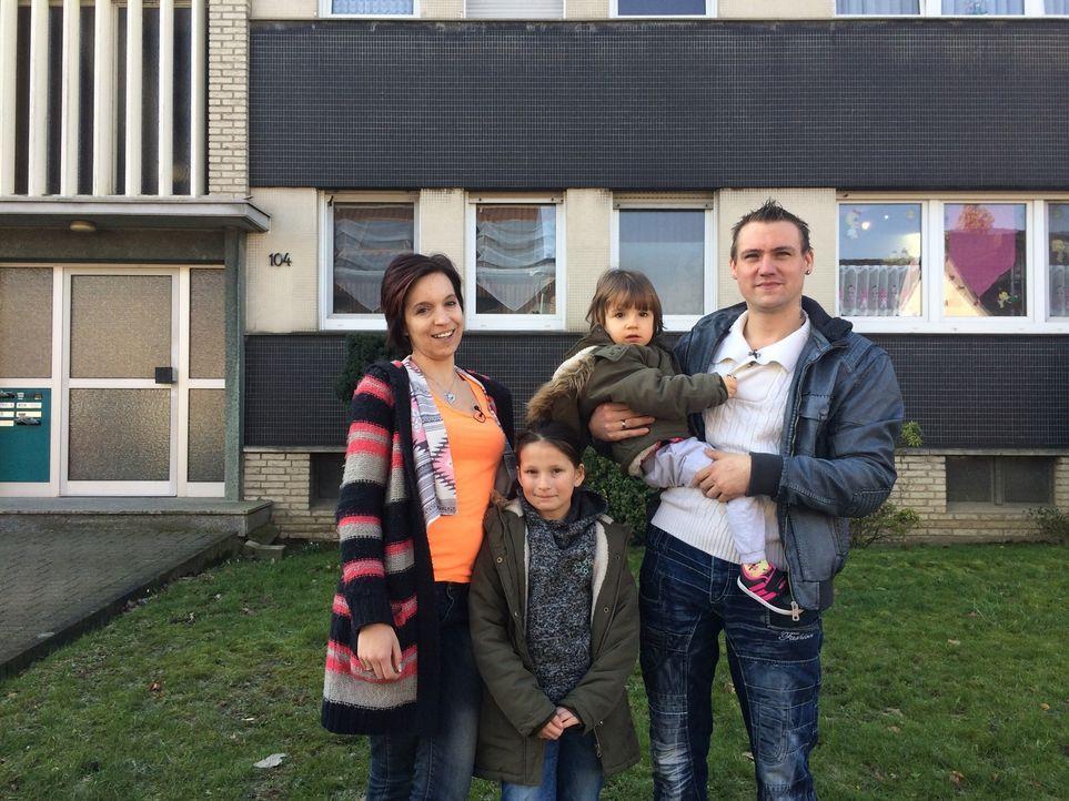 Jenny (l.) und Kevin Baum (r.) leben mit ihren beiden Töchtern ein bescheidenes Leben, doch für eine Woche dürfen sie ihren Wohnort und das Budget m... - Bildquelle: SAT.1