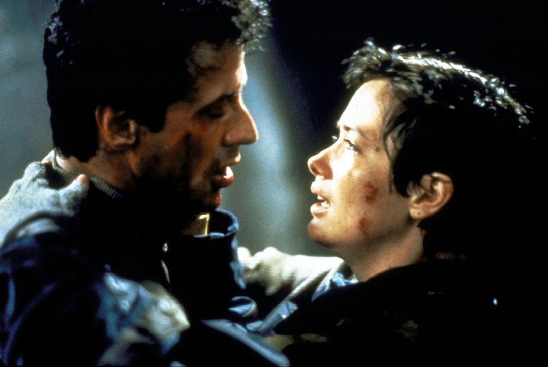 Gemeinsam mit seiner Freundin Jessie (Janine Turner, r.) will Gabe (Sylvester Stallone, l.) den brutalen Verbrechern das Handwerk legen ... - Bildquelle: 1993 Cliffhanger B.V. All Rights Reserved.