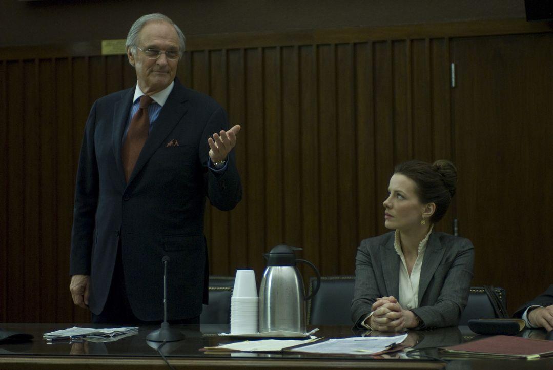 Rachel Armstrong (Kate Beckinsale, r.) wird angeklagt. Sie weigert sich jedoch, die Quelle ihrer Informationen zu nennen. Ihr Anwalt Alan Burnside (... - Bildquelle: 2008 Nothing but the Truth Productions, LLC.