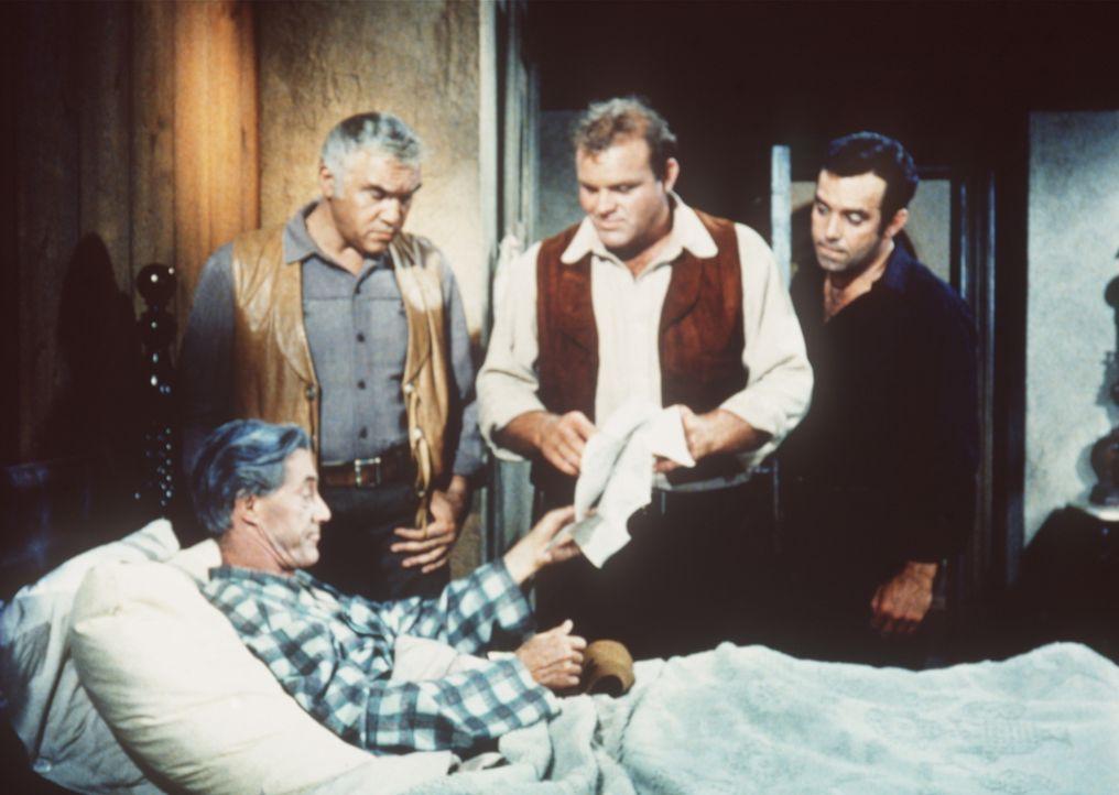 Weil er verletzt wurde, bittet der Geschäftsmann Jedediah Milbank (John Carradine, l.) Ben Cartwright (Lorne Greene, 2.v.l.) und dessen Söhne Hoss (... - Bildquelle: Paramount Pictures