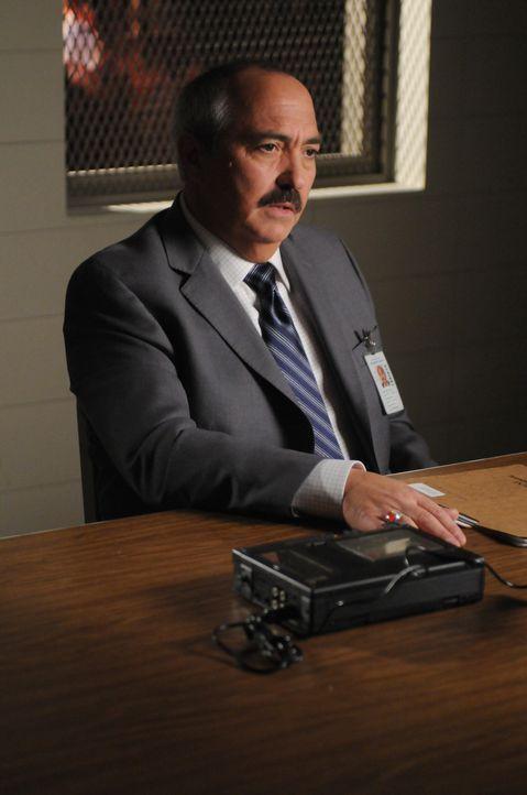 Im Jahr 2004: D.A. Manuel Devalos (Miguel Sandoval) verhört Allison ... - Bildquelle: Paramount Network Television