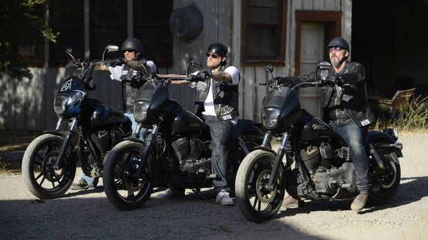 Jax (Charlie Hunnam, M.), Happy (David Labrava, l.) und Chibs (Tommy Flanagan...