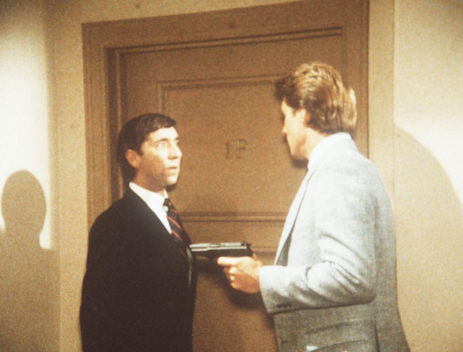Lee (Bruce Boxleitner, r.) und der Buchhalter James Brand (Harvey Jason, l.) wollen einen gefürchteten Wirtschaftssaboteur überführen. Keine leichte...