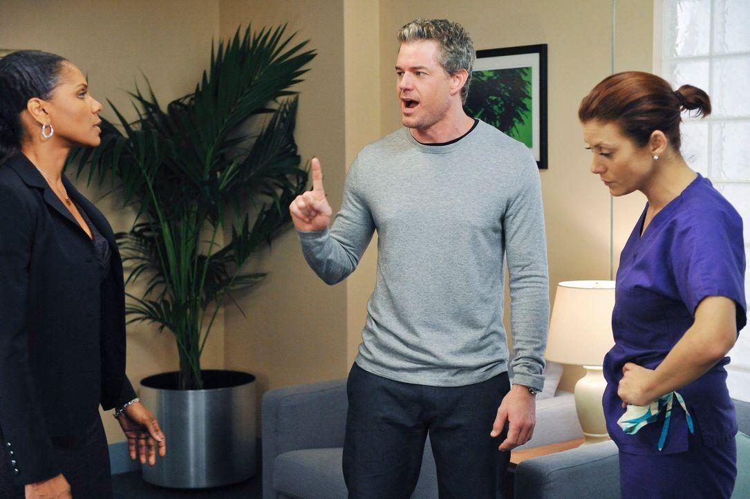 Wegen der Operation an Sloan, geraten Addison (Kate Walsh, r.), Mark (Eric Dane, 2.v.r.) und Naomi (Audra McDonald, l.) aneinander ... - Bildquelle: ABC Studios