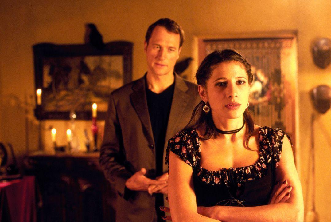Als Emily (Isabella Parkinson, r.) herausbekommt, dass Enno (Markus Knüfken, l.) immer wieder lügt, setzt sie ihn kurzerhand vor die Tür ... - Bildquelle: Uwe Stratmann Sat.1