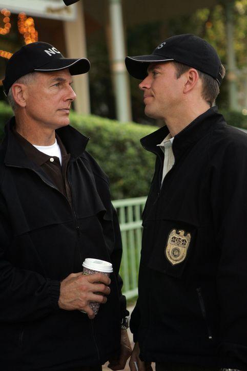 Commander Tanner, ein wichtiger Mann bei einem geheimen Computer-Projekt, wird am helllichten Tag in einem Park entführt. Gibbs (Mark Harmon, l.) un... - Bildquelle: TM &   2006 CBS Studios Inc. All Rights Reserved.