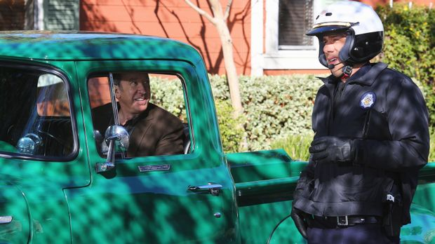 Als die Polizei in der Nachbarschaft der Baxters patrouilliert, bekommt Mike...