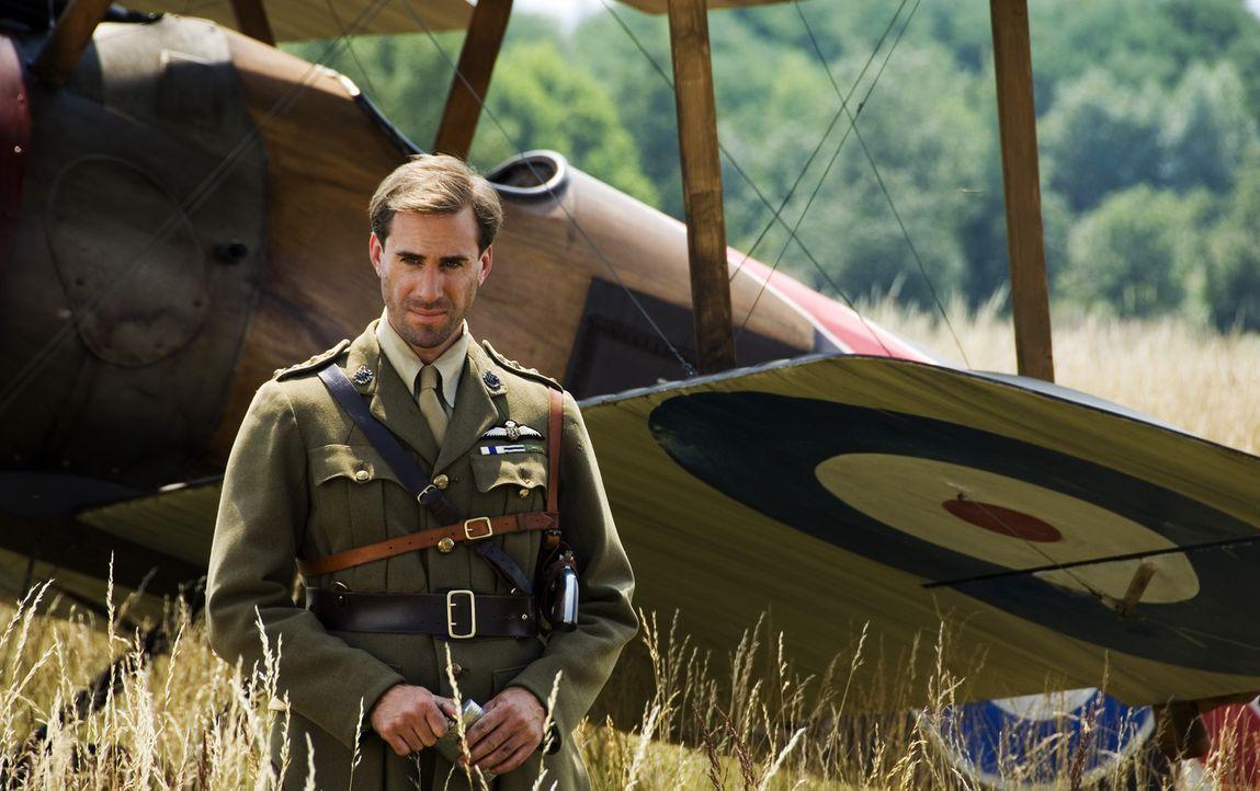 Als der kanadische Captain Ray Brown (Ralph Fiennes) nach einem verlorenen Luftkampf vom Roten Baron gebeten wird, in einem Waldstück zu landen, ko... - Bildquelle: Warner Bros. Television