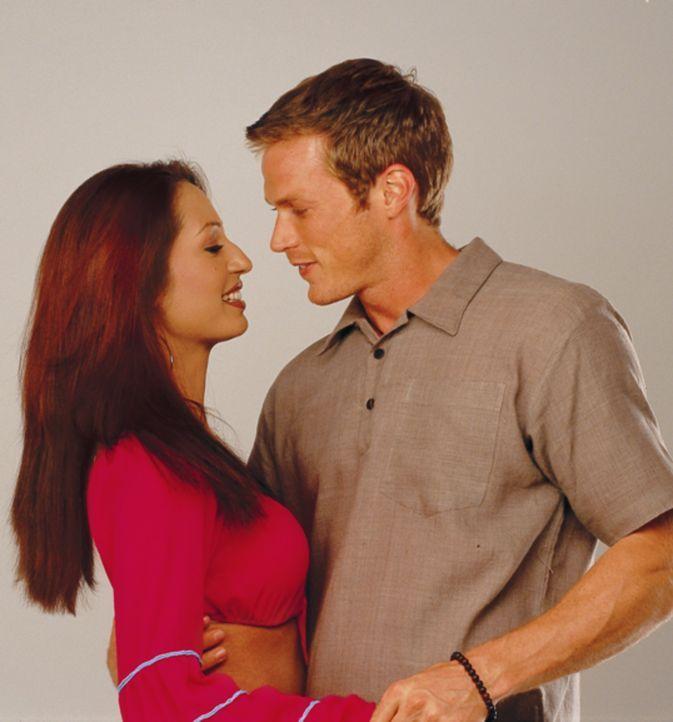 Hals über Kopf verliebt sich Alex (Jason Lewis, r.) in die schöne Reena (Kashmira Shah, l.) ...