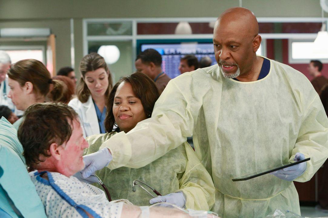 Cam (Mark Chadwick, l.) wurde, neben zahlreichen weiteren Menschen, Opfer einer Explosion, die durch einen Gastanker ausgelöst wurde. Miranda (Chand... - Bildquelle: ABC Studios