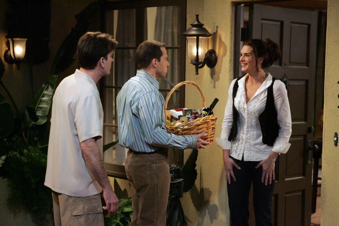 Um Alan (Jon Cryer, M.) endlich aus dem Haus zu haben, versucht Charlie (Charlie Sheen, l.) ihn mit der neuen Nachbarin Danielle (Brooke Shields, r.... - Bildquelle: Warner Brothers Entertainment Inc.