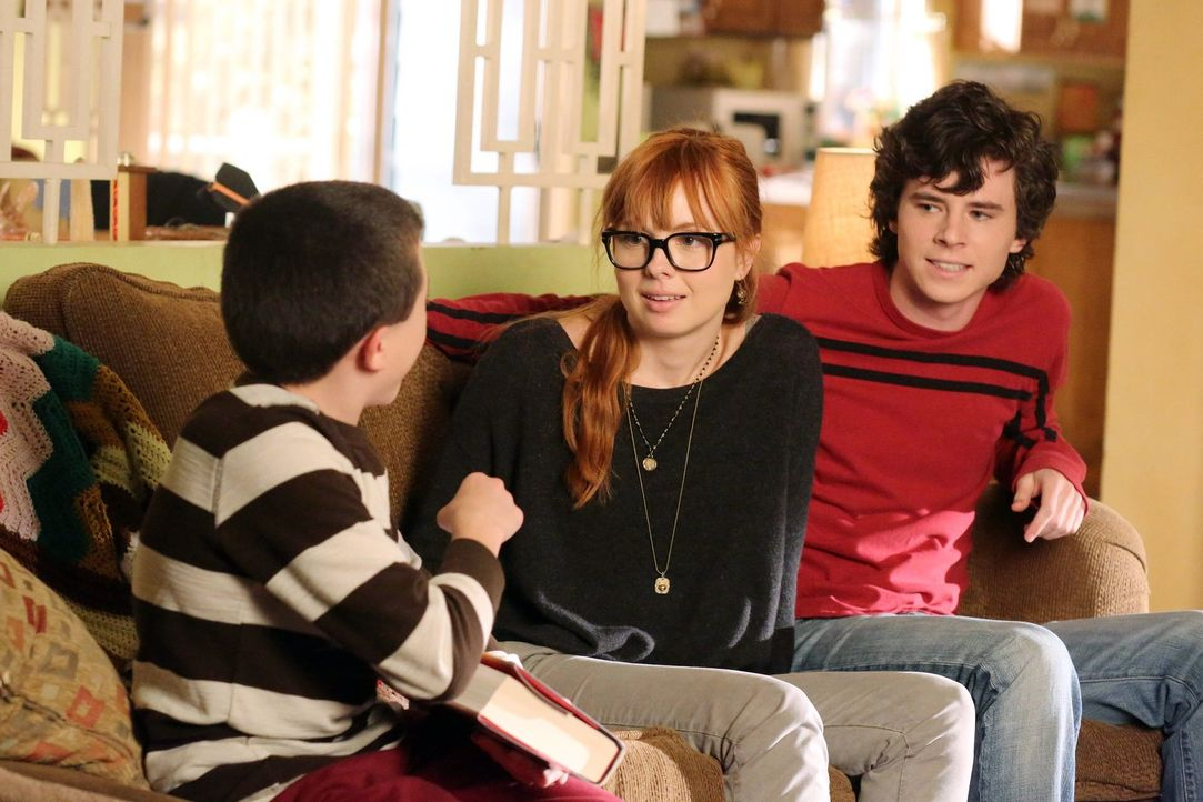 Während Brick (Atticus Shaffer, l.) Axl (Charlie McDermott, r.) dazu bringt, darüber nachzudenken, ob er seiner intelligenten Freundin Cassidy (Gala... - Bildquelle: Warner Brothers