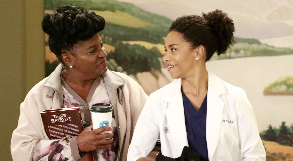 Maggie (Kelly McCreary, r.) erhält im Krankenhaus einen Überraschungsbesuch von ihrer Mutter (LaTanya Richardson Jackson, l.) - Bildquelle: Mitch Haaseth 2016 American Broadcasting Companies, Inc. All rights reserved.