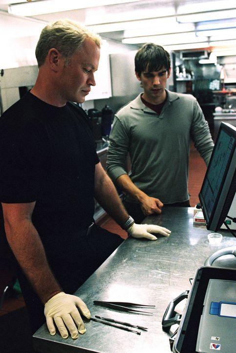 Bringen Licht ins Dunkle: Miles McCabe (Christopher Gorham, r.) und Dr. Stephen Connor (Neal McDonough, l.) ... - Bildquelle: CBS Television
