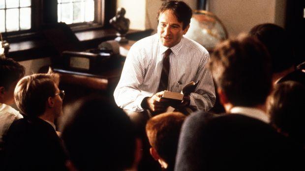 Der neue Englischlehrer John Keating (Robin Williams) ermuntert seine Schüler...