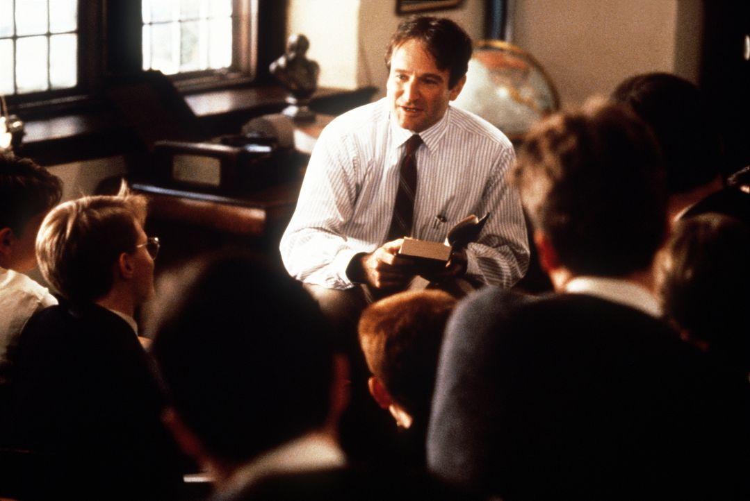 Der neue Englischlehrer John Keating (Robin Williams) ermuntert seine Schüler, Dogmen zu verwerfen und ihren eigenen Gefühlen zu vertrauen ... - Bildquelle: Touchstone Pictures