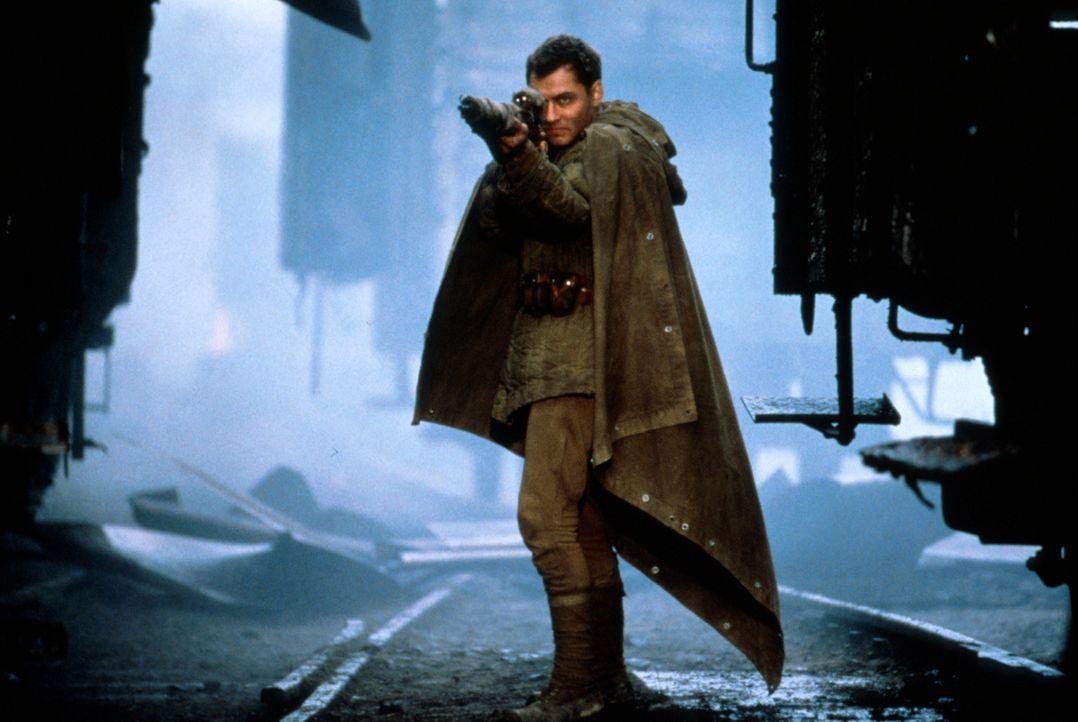 Der gefürchtete russische Präzisionsschütze Vassili Zaitsev (Jude Law) kennt keine Angst und schießt einen Gegner nach dem anderen nieder ... - Bildquelle: 2000 MP Film Mgmt. DOS Prods.