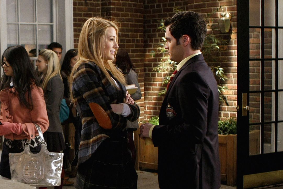 Nachdem Serena in Yale zurücktritt, um Blair ihren Platz zu überlassen, ist Dan (Penn Badgley, r.) enttäuscht, dass er und Serena (Blake Lively, l.)... - Bildquelle: Warner Brothers