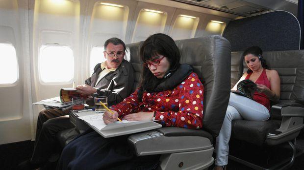 Betty (America Ferrera, l.) und ihre Familie (Ana Ortiz, r.) fliegen nach Gua...