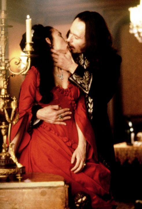 Liebe bis über den Tod hinaus: Mina (Winona Ryder, l.) und ihr dunkler Prinz (Gary Oldman, r.) ... - Bildquelle: Columbia Pictures