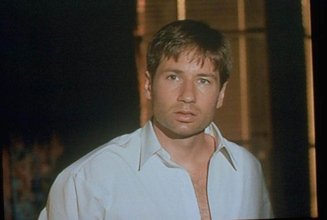 Mulder (David Duchovny), der nach der Schließung der X-Akten seine Zeit mit langweiligen Abhöraufträgen verbringt, wird von einem geheimnisvollen Be... - Bildquelle: TM +   2000 Twentieth Century Fox Film Corporation. All Rights Reserved.