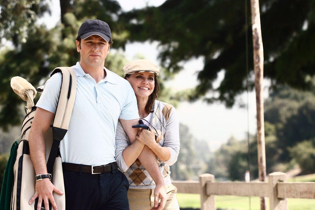 Nora (Sally Field, r.) und Kevin (Matthew Rhys, l.) nehmen eine Einladung zu einer Golfpartie an ... - Bildquelle: Disney - ABC International Television