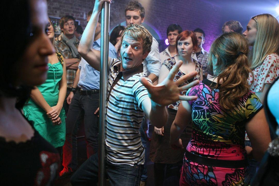Heute zeigt Michael Kessler (M.) die 10 Dinge, die man nicht tun sollte, wenn man sich auf der Tanzfläche einer Disco befindet... - Bildquelle: Sat.1
