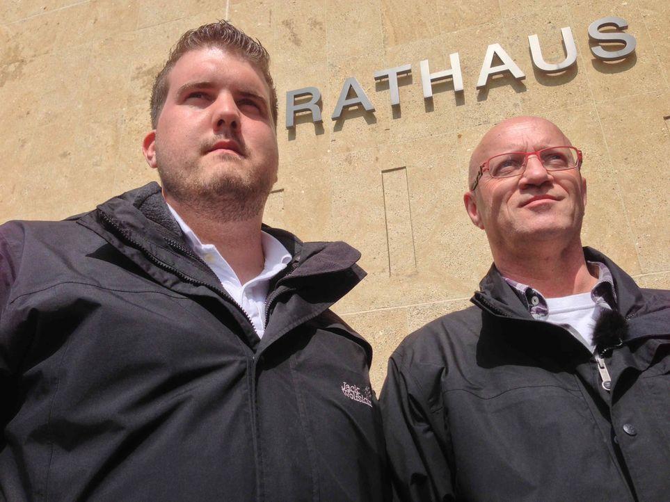 (6. Staffel) - Mein Revier - Ordnungshüter räumen auf:  Frederik Bollweg (l.) und Wolfgang Lau (r.) vom Ordnungsamt Gütersloh kontrollieren Gastrono... - Bildquelle: kabel eins